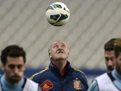 El entrenador español Vicente Del Bosque juega con el balón el 25 de marzo 2013