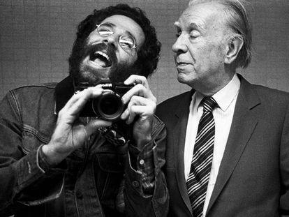 Autorretrato de Vasco Szinetar con Jorge Luis Borges.