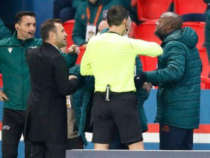 Pierre Webó (a la derecha) se encara el pasado diciembre con el árbitro Ovidiu Hategan (a la izquierda) en el partido entre el PSG y el Basaksehir.