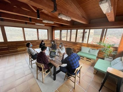 Emprendedores que comparten oficina en El Refugio, en Puebla de la Sierra (Madrid).