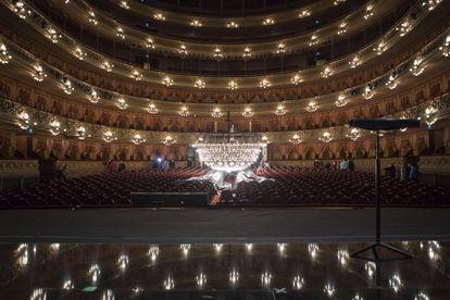 La araña de la sala principal del Teatro Colón vista desde el escenario