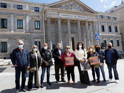 Miembros de la Asociación de Afectados del Vuelo JK5022 posan delante del Congreso este jueves para presionar en favor del dictámen.