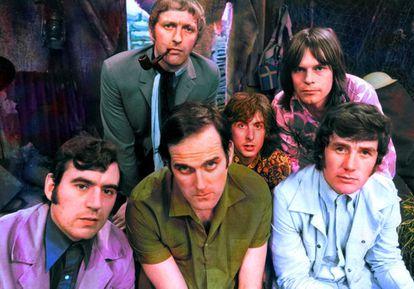 Miembros del grupo de comedia Monty Python en 1969: Atrás, de izquierda a derecha, Graham Chapman, Eric Idle y Terry Gilliam;  frente a John Cleese y Michael Palin.