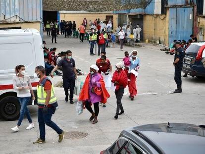 Profesionales sanitarios realizan pruebas PCR y atienden a varios jóvenes en la nave de primera acogida del polígono del Tarajal el 19 de mayo.