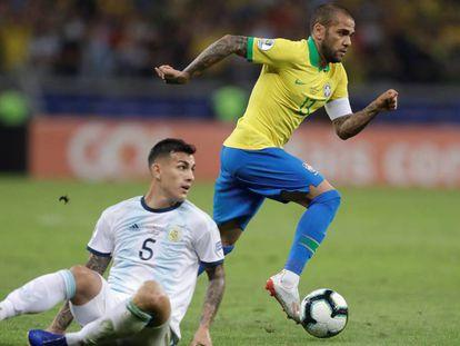 Alves (d) en la semifinal contra Argentina.