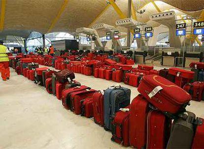 Maletas de pasajeros en la T-4 del aeropuerto de Barajas, en Madrid.