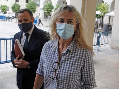 La exalcaldedsa de Alicante Sonia Castedo a su llegada a la Audiencia Provincial para la reanudación del juicio por el presunto amaño del PGOU (Plan General de Urbanismo de Alicante) entre 2008 y 2010, una de las ramas del denominado 'caso Brugal'.