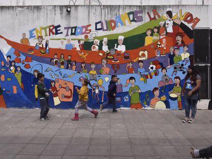 Un grupo de niños juega en el patio de la escuela de la escuela de la Virgen del Milagro, en villa La Cárcova.