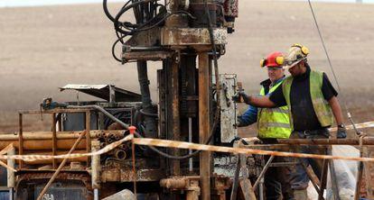 Unos técnicos sondean el terreno donde se instalará el almacén nuclear.