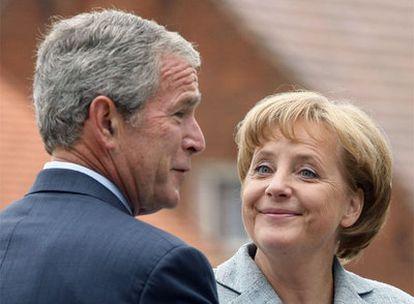 George W. Bush y Angela Merkel, durante la conferencia de prensa que dieron ayer en la localidad alemana de Meseberg.
