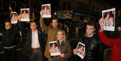 La secretaria general del PP vasco, Amaya Fernández, y Borja Semper con imágenes de Pagazaurtundua.