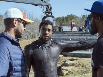 Chadwick Boseman (centro) en el rodaje de 'Black Panther', una de las películas de Marvel grabadas en Georgia. En vídeo, declaraciones del consejero delegado de Disney, Bob Iger.