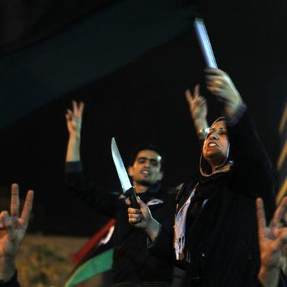 Una mujer libia esgrime un cuchillo mientras celebra en Bengasi la resolución de la ONU sobre la zona de exclusión aérea.
