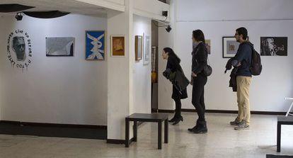 Visitantes en la muestra 'Plan Renove', en Sevilla.