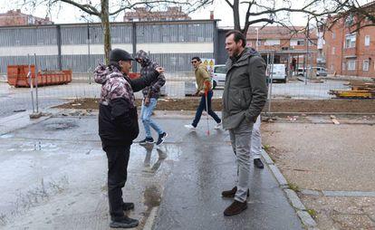 El alcalde de Valladolid, Óscar Puente (d), conversa con un vecino del barrio 29 de Octubre.