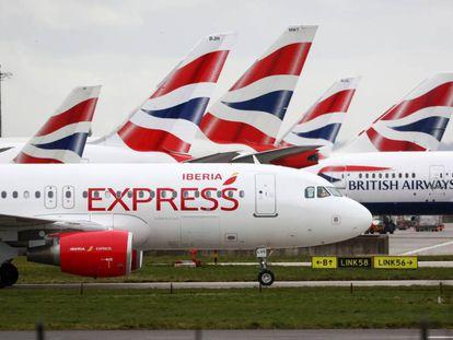 Un avión de Iberia y varios de British Airways en Heathrow, Londres