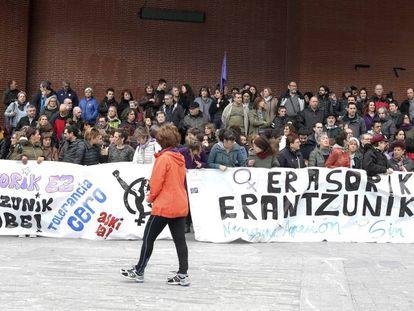 Numerosos ciudadanos se han concentrado en Barakaldo en contra de la agresión denunciada por una menor.