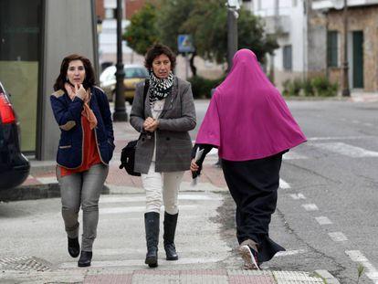 Una inmigrante marroquí pasea por Talayuela (Cáceres), el pasado viernes.