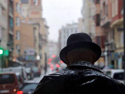 Un hombre camina bajo la lluvia el lunes en Valencia.