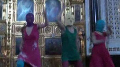 Captura de un vídeo grabado durante la protesta contra Putin del grupo Pussy Riot en la catedral del Cristo Redentor de Moscú.