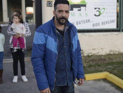 La familia Manzanares Cortés con Pedro en primer término y su mujer y dos hijas al fondo en la puerta del alabergue donde están instalados hasta que se resuelva su situación.