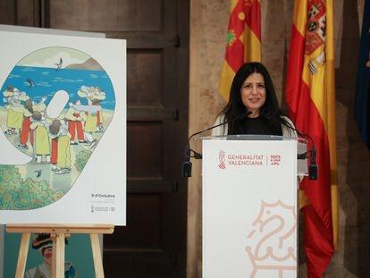 La directora general de Promoción Institucional, María Fernanda Escribano, en la presentación del cartel para este 9 d'Octubre, inspirado en los abrazos del pintor JUan Genovés.