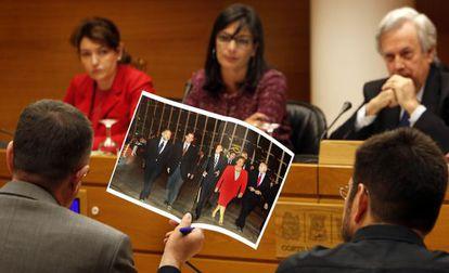 Enric Morera exhibe en las Cortes una foto de González Pons, Urdangarin, Camps, Barberá y Blasco.