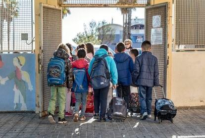 Alumnos a la entrada de un colegio en la Comunidad Valenciana.