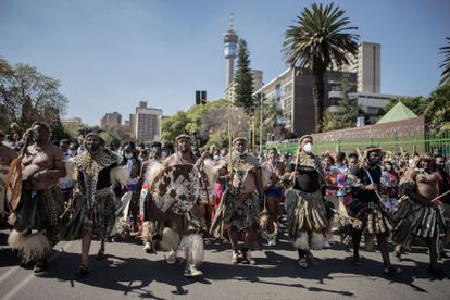 Decenas de zulú con vestimentas tradicionales marchaban este miércoles por las calles de Johannesburgo para homenajear a Mantfombi Dlamini, fallecida el pasado 29 de abril.