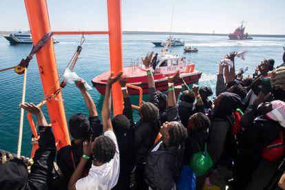 Los rescatados por el 'Aquarius' muestran su alegría tras entrar al puerto de Valencia, el 17 de junio de 2018.