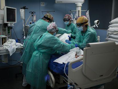 Varios sanitarios atienden a un paciente con covid en la UCI del hospital Sant Pau de Barcelona.