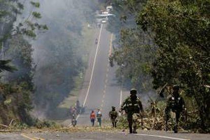 Integrantes del Ejército colombiano caminan por la vía que de Popayán conduce a Cali, al suroeste de Colombia.