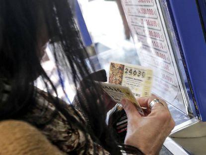 Una mujer compra varios décimos, en una imagen de archivo.