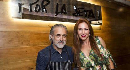 El cocinero Sergi Arola y la expresentadora Silvia Fominaya durante la inauguracion de su Restaurante 'Por la Jeta' en Coruña el pasado agosto.