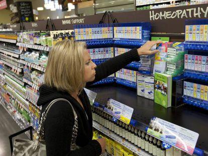 Una usuaria adquiere productos homeopáticos.