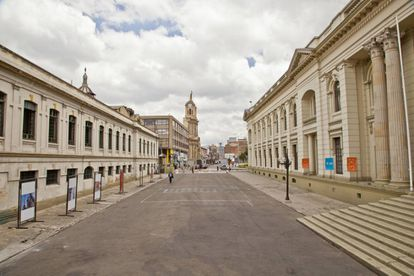 A la derecha, el antiguo museo de Geología de Bogotá. A la izquierda, el batallón de reclutamiento (antes facultad de Medicina).