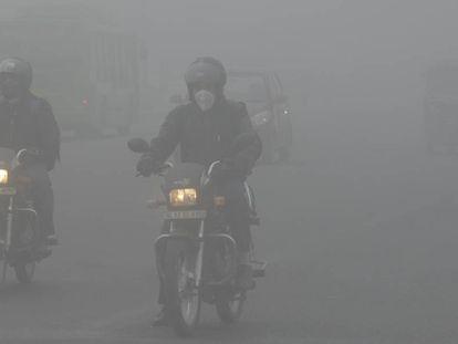 Una calle de Nueva Delhi envuelta en 'smog', en febrero pasado.