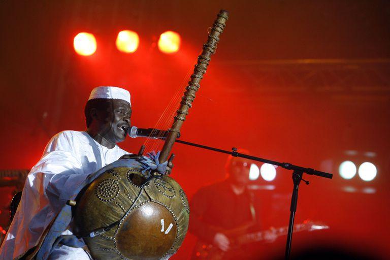 Mory Kanté, el 13 de julio de 2007, durante un concierto en París.