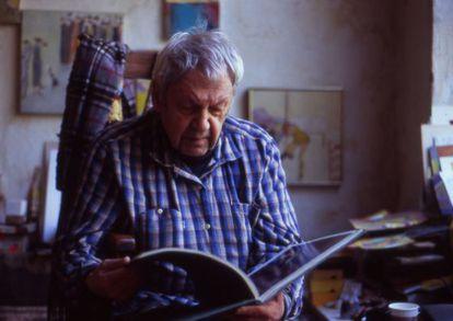 Saul Leiter en su apartamento de Nueva York, en una imagen del documental 'In No Great Hurry'.