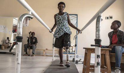 """Katungu Sasita descansa en la habitación de mujeres del centro de rehabilitación Shirika La Umoja (""""La Comunidad lleva a la Unidad"""", en suajili) en Goma, noreste de la República Democrática del Congo (RDC), donde está pasando unas semanas mientras le diseñan una pierna ortopédica a medida. <b> Pincha en la imagen para ver toda la fotogalería. </b>"""