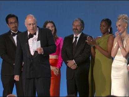 El equipo de 'Gambito de dama' tras recibir el premio a la mejor miniserie o película para televisión.