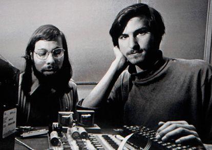 Steve Jobs y Steve Wozniak en su primer ordenador, el Apple I, en una imagen proyectada años más tarde en una presentación del a firma.