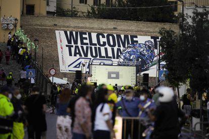 Aficionados a las motos llenan las calles del centro de Tavullia, el pueblo de Valentino Rossi.