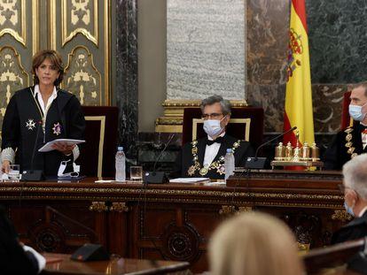 El rey Felipe VI (a la derecha), el presidente del Tribunal Supremo y del Consejo General del Poder Judicial, Carlos Lesmes (centro) y la fiscal general del Estado, Dolores Delgado, este lunes, en el acto de apertura del Año Judicial en el Tribunal Supremo en Madrid.