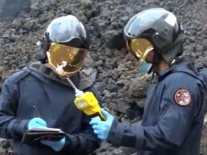 Vídeo | Cascos especiales y medidores de explosividad para estudiar los gases del volcán de La Palma