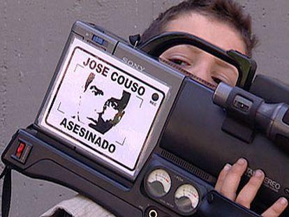 Pegatina en la cámara de un reportero en recuerdo de José Couso.