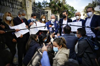El exnegociador de paz Humberto de la Calle, en el centro, y otros miembros de la Coalición de la Esperanza a la salida de su reunión con Iván Duque en la Casa de Nariño.