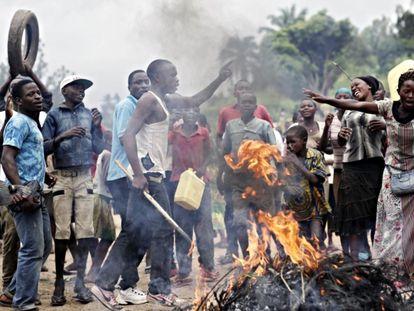 Manifestantes opuestos a un tercer mandato del presidente Nkurunziza se manifiestan en Bujumbura en mayo de 2015 / Foto VOA