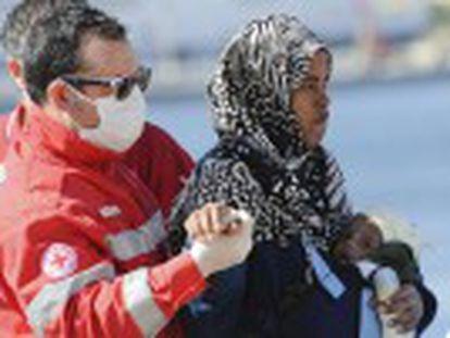 Los guardacostas italianos temen que muchos estén muertos, en lo que sería el peor naufragio en el Mediterráneo. La guardia costera rescata a 28 supervivientes y recupera 24 cadáveres