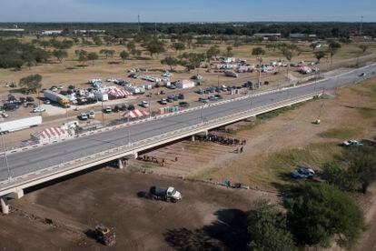 Este viernes, varios camiones despejaron el terreno donde se ubicaba el campamento de migrantes en Haití bajo el Puente Internacional Del Rio (Texas).